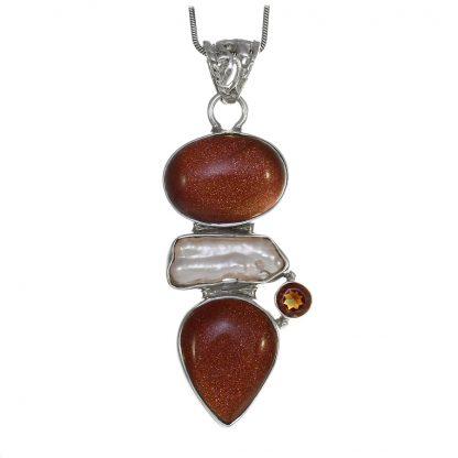 Сребърен медальон с пясъчен авантюрин, гранат и бива перла