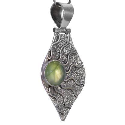 Медальон с пренит в сребърен обков