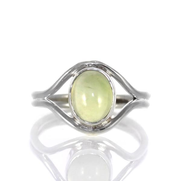 Деликатен сребърен пръстен с пренит