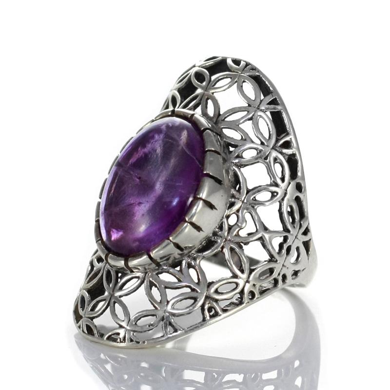 Масивен пръстен с кабошон аметист в сребърен обков