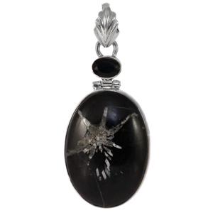 Сребърен медальон с камък хризантема и фасетиран черен оникс
