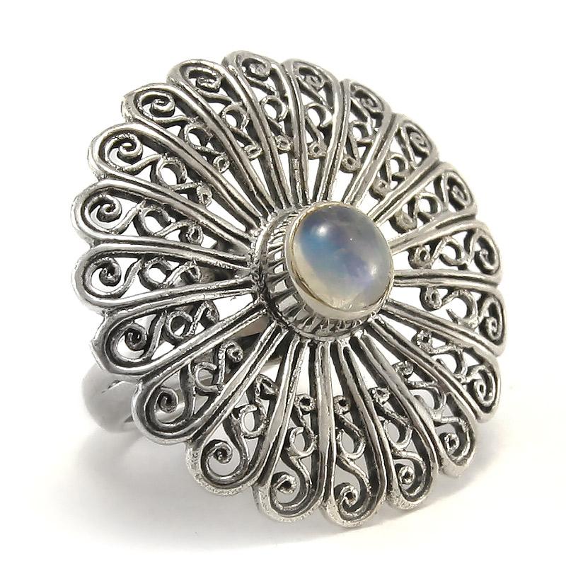 Филигранен сребърен пръстен с лунен камък. Вижте го ТУК.