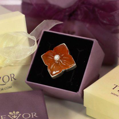Сребърен пръстен с гравирано цвете върху карнеол