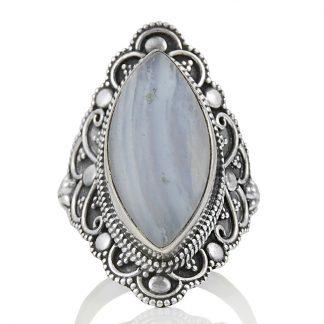 Едър пръстен със син дантелен ахат в орнаментиран обков