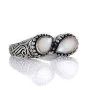 Сребърен пръстен с перли в орнаментиран обков