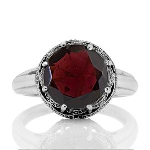 Сребърен пръстен с гранат в орнаментиран обков