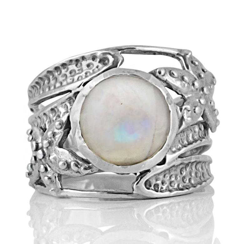 Сребърен пръстен с кабошон лунен камък в орнаментиран обков