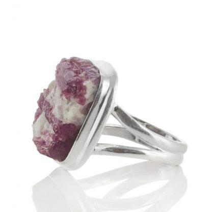 Сребърен пръстен с необработен розов турмалин в кварц