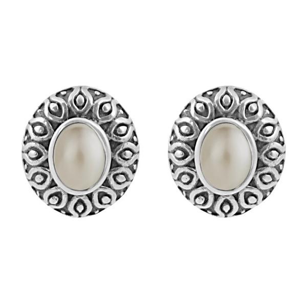 Сребърни обеци с перла в орнаментиран обков на винт