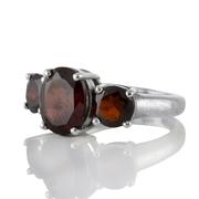 Сребърен пръстен с три граната
