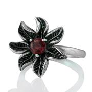 Сребърен пръстен – цвете с фасетиран гранат