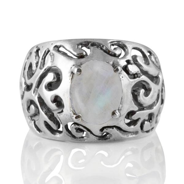 Орнаментиран сребърен пръстен с лунен камък