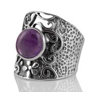 Едър пръстен с кабошон аметист в орнаментиран сребърен обков