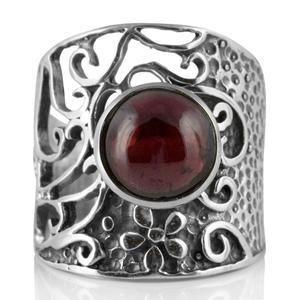Едър пръстен с кабошон гранат в орнаментиран сребърен обков