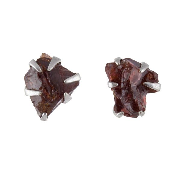 Малки сребърни обеци с необработен гранат на винт