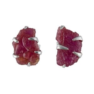 Малки сребърни обеци с необработен рубин на винт