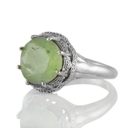 Орнаментиран сребърен пръстен с фасетиран пренит