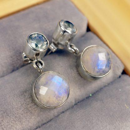 Сребърни обеци с лунен камък и син топаз.