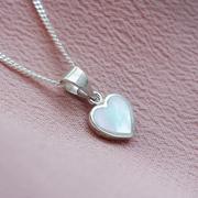 Нежно сребърно колие с малко сърце със седеф
