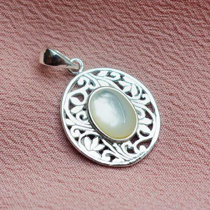 Малък сребърен медальон със седеф