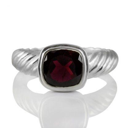 Сребърен пръстен с фасетиран гранат